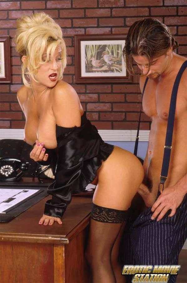 Порно видео в кожаной юбке
